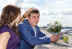 在婚姻的过程前的姐妹镇定的年轻人新郎 免版税库存照片