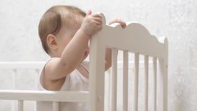 在婴儿床的逗人喜爱的婴孩戏剧 影视素材