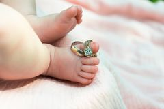 在婴孩` s脚的圆环 库存图片