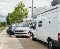 在媒介电视在议会停放的卡车搬运车附近设计E前面 免版税库存图片