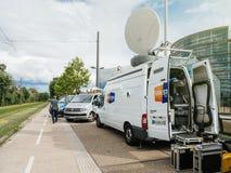 在媒介电视在议会停放的卡车搬运车附近设计E前面 免版税库存照片