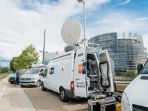 在媒介电视在议会停放的卡车搬运车附近设计E前面 库存图片