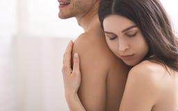 在嫩容忍的美好的裸体夫妇在bedrrom 免版税库存照片
