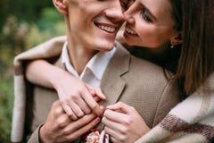 在嫩爱接触的夫妇由他们的鼻子 愉快的新婚佳偶 婚姻 附庸风雅 免版税库存照片