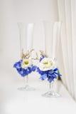 在嫩背景的两块婚姻的玻璃 免版税库存照片