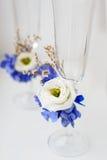 在嫩背景的两块婚姻的玻璃 库存图片