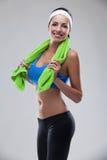 在嬉戏锻炼和举行以后的年轻微笑的深色的妇女 免版税库存照片