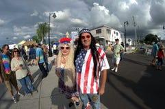 在嬉皮节日塔彭斯普林斯,佛罗里达的夫妇 图库摄影