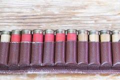 在子弹带的老狩猎弹药筒在一张木桌上 免版税图库摄影