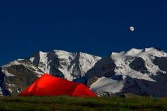 在孑然的帐篷在阿尔卑斯的冰川下 免版税库存照片