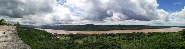 在孔河旁边的峭壁射击的全景 库存照片