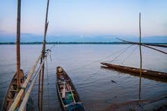 在孔河,泰国的地方longtail小船 免版税库存照片