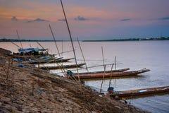 在孔河,泰国的地方longtail小船 库存图片