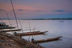 在孔河,泰国的地方longtail小船 免版税库存图片