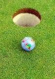 在孔的高尔夫球,高尔夫球在世界上 库存照片