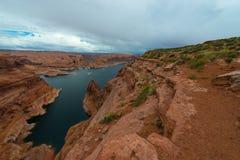 在孔附近的湖鲍威尔在岩石埃斯卡兰蒂犹他 图库摄影
