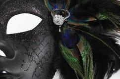 在孔雀的钻戒用羽毛装饰与装饰面具 库存照片