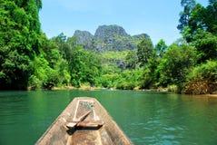 在孔Lor洞的另一边的小船乘驾在中央老挝 库存照片