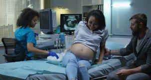 在孕妇的医生完成的超声波考试 影视素材