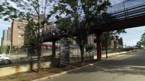 在字母表城市邻里附近的骑马自行车在曼哈顿 股票视频