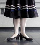在字符芭蕾舞蹈的第一个位置预习功课 库存图片