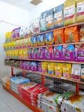 在存储的宠物食品 免版税库存图片