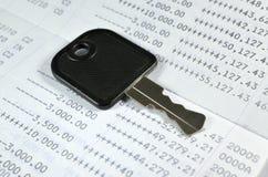 在存款簿的钥匙 免版税库存照片
