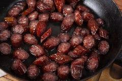 在存油盘的油煎的芬芳香肠 可口和快速的fo 库存照片