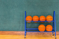 在存贮机架的篮球 免版税库存图片