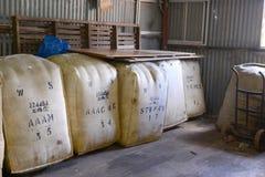 在存贮澳大利亚西部的羊毛大包 库存照片