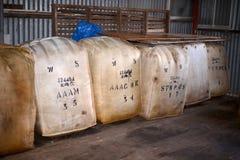 在存贮澳大利亚西部的羊毛大包 免版税库存照片