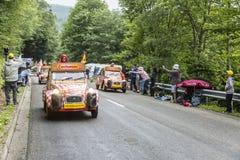 在孚日省山的Cochonou有蓬卡车 免版税库存图片