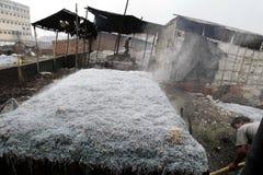 在孟加拉国的哈扎里巴格皮革厂的污染 免版税库存图片