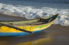 在孟加拉海海湾海滩的木渔船在Tamilnadu,印度 免版税库存图片