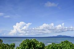 在季风季节的热带海岛海洋风景 免版税库存照片