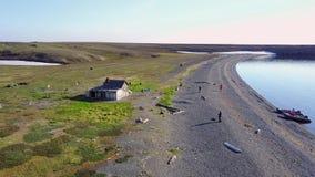 在孤立房子附近的人们落寞瓦伊加奇岛的在沙漠 影视素材