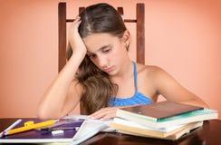 在学习太多以后被用尽的西班牙学生 免版税库存照片