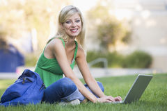 在学员大学之外的膝上型计算机使用 库存照片