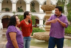 在学员联系之外的组讲西班牙语的美国人 库存图片