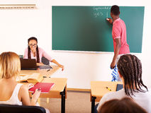 在学员附近的黑板教室 免版税库存照片