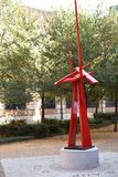 在学术界的现代金属雕塑-垂直 库存图片
