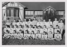 1959年在学校前面的橄榄球队 库存照片