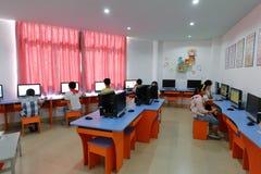 在学校图书馆里,学生学会使用计算机 库存图片