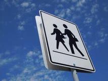 在学校地区附近的行人穿越道标志 库存图片