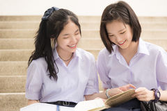 在学校学习的亚洲泰国高女小学生学生夫妇 库存照片