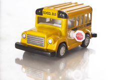 在学校小的玩具白色的公共汽车 库存照片