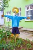 在学校庭院的一个稻草人 库存照片