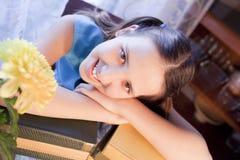 在学校微笑附近登记女孩 免版税库存图片