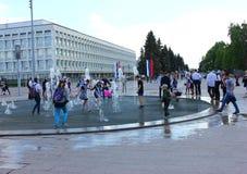 在学校毕业球以后学生使用与喷泉 库存照片