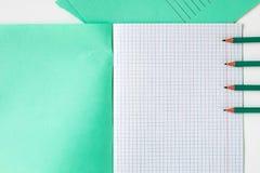 在学校笔记本旁边的铅笔 免版税库存图片